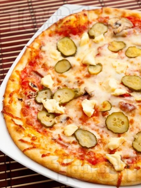 Пица Тоскана с кисели краставички и топено сирене - снимка на рецептата